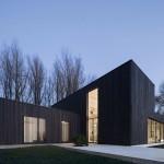 Деревянный минималистский дом с плоской крышей в Голландии