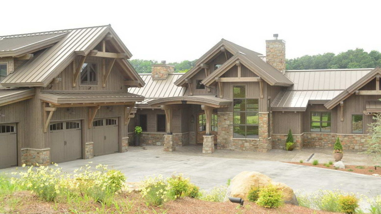 Деревянный дом на склоне в США