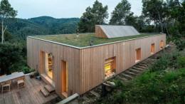 Деревянный сблокированный дом на склоне
