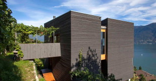 Дом на склоне у озера